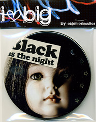 BIG Magneto - Black (ObjetitoSinCultos) Tags: black collage big fridge doll buttons pins magnets pines badges magnetic chapa chapas nevera heladera imanes chapita magnetos objetitosincultos 312inch