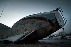 Varado / Agrounded (11Rue) Tags: abandoned boat rust barco nikond70 forgotten bluehour velero abandonado sailingboat xido varado olvidado horaazul 11rue agrouded runagrounded
