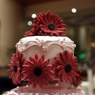 Sunny yaw wedding cake maroon flower 3