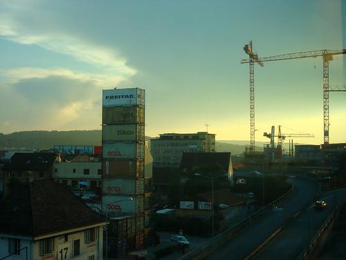 Freitag-Tower im Abendlicht mit Kran