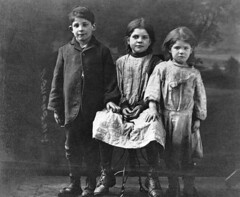 Goose Village children, Montreal, QC, about 1910 (Muse McCord Museum) Tags: boy portrait irish canada girl children point hands shoes sad quebec sweet montreal siblings triste backdrop enfants 1910 fille qc adoption smock garon survivors souliers epidemic survivants mccordmuseum irlandais typhus musemccord goosevillage raggety victoriatownwindmill villageauxoies