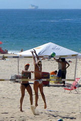 Beach Volleyball in Ipanema (servuloh) Tags: pictures from street sea brazil en woman bus praia beach window sport rio brasil riodejaneiro by canon de photography mar photo interesting movement sand women do foto rj janeiro areia action pov juegos picture games jo ao powershot host fotos da janela volleyball movimento through olympics q nibus autobus esporte volley sede jogos ipanema marcha canonpowershot g7 jeux 2016 olimpicos voleyball vlei riobybus beachvoleyball vleidepraia canong7