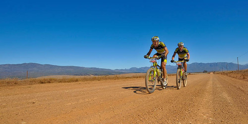 090322_RSA_CapeEpic_stage1_lakata_nicke_dirtroad_wide_1