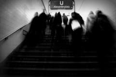 Movimiento Contenido (Maria G. Gallego (PetiteTouche)) Tags: berlin explore ubahn alexanderplatz nikond40 nolopuedoevitar silenceetobscurité movimientocontenido adoroelblancoynegro
