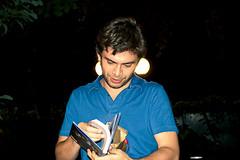 9146 (Gian Franco Costa Albertini) Tags: boy man night dark book libro gift chico 2008 regalo hombre