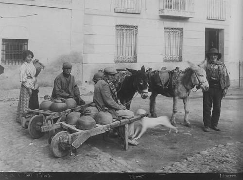 Aguadores en la Plaza del Padre Juan de Mariana (Toledo). Foto Abelardo Linares hacia 1915. The Hispanic Society of America