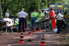 Hulpverleners behandelen de slachtoffers aan hun verwondingen (Focus On Foto) Tags: rotterdam scooter ambulance 112 fiets bosdreef ongeval kralingseplas traumaheli traumateam traumahelikopter lifeliner