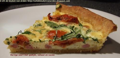 Hartige taart met spekjes, tomaat en rucola