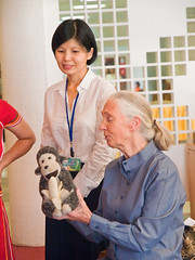 Dr. Jane Goodall Meeting Samba Drummers from Zhangshu Junior High  (olvwu | ) Tags: forum taiwan speaker conference taipei presentation discussion speech keynote internationalforum taipeicity 1260 sustainabledevelopment janegoodall jungpangwu oliverwu oliverjpwu environmentalissues nationalcentrallibrary mrh rootsshoots olvwu drjanegoodall manlichen mrhope jungpang thejanegoodallinstitute 2009internationalforumonsustainabledevelopment banqiaojuniorhighrsgroup hsunghsiungtsai hualiengirlshighrsgroup internationalconferencehall internationalforumonsustainabledevelopment jrgenmaier miwakokurosaka nationalcouncilforsustainabledevelopment nationaltaiwanuniversityrsgroup penchichiang thejanegoodallinstitutetaiwan wwwgoodallcomtw wwwgoodallorgtw xihuelementaryrsgroup