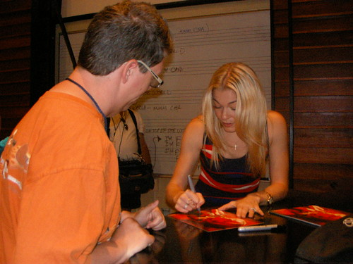 LeAnn Rimes signed about 40 autographs