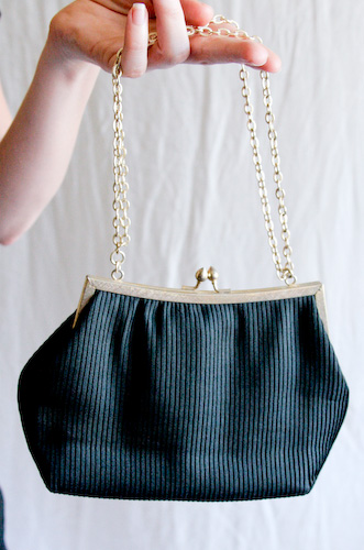 VINTAGE 60s black purse with gold chain handle - 2