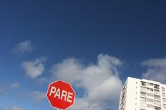 RESPECTANDO EL VIENTO. PUNTA DEL ESTE. URUGUAY. (tupacarballo) Tags: blanco azul canon uruguay luces rojo edificio ventanas cielo nubes gaviota pare maldonado nwn seal balcones puntadeleste faroles homersiliad tupacarballo sealpare