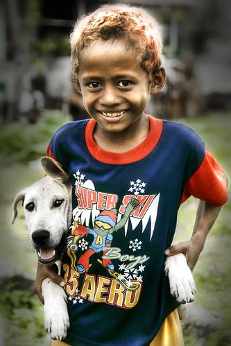 Kupang, West Timor - Boy and pet dog par Mio Cade (Bye bye, away in Bali)