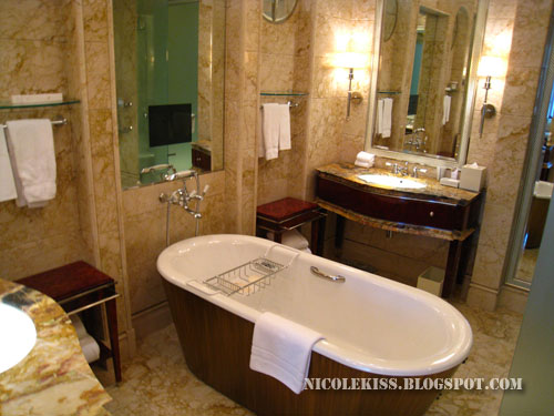 joyce room bathtub