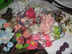 Colares de fuxico e crochê (Mar de flores) Tags: flowers tiara flores pano flor fuxico agenda colar yoyo camiseta fux fita tecido croche cetim fuxicos fuxicando crochetando flordefuxico fuxicaria fuxic