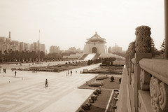 Chiang Kai Shek Memorial from National Theater (by Pedro Angelini)