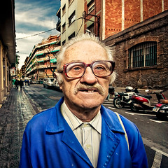 Feliz San Fortunato (Ibai Acevedo) Tags: barcelona street blue portrait people man color face azul calle san dragon retrato cara bcn gafas libros fortunato rosas glas hombre je dnde pisapapeles figuritasdebao dvdregalo truloff