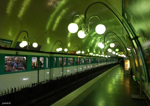 Rame de métro nimbée de lumière