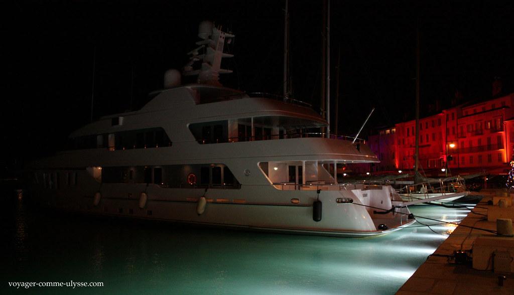 Ces yachts posés sur leau, illuminée de nuit, cest waouh!