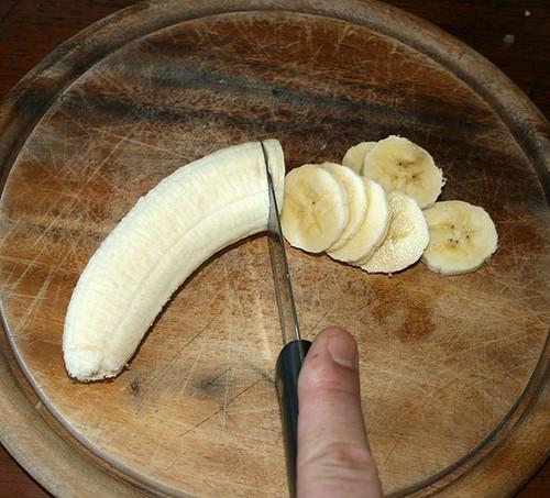12 - Bananen in Scheiben schneiden