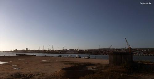 Alignement de pêcheurs à la ligne face à Figueira da Foz