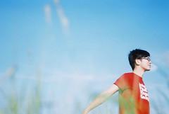 _我喜歡我,在你的角度裡。 (eliot.) Tags: selfportrait film fuji taiwan contax 台灣 eliot fujicolor400 苗栗縣 summersummer miaolicounty 藍天白雲 第二彈 喜歡,角度 牧草上的飛行 charliedai