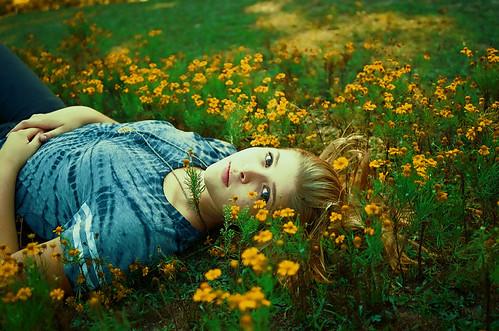 フリー画像| 人物写真| 女性ポートレイト| 白人女性| 花畑|       フリー素材|