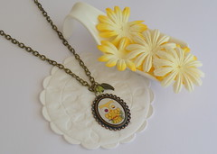 Colar C810 (BijouxKa) Tags: cute yellow necklace funny handmade jewelry bijuteria vero inverno colar pendant jewls piu mocho antiquegold bijouxka