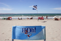 Pto. Madryn: verano, hidratáte! (Ostrosky Photos) Tags: blue sea summer vacation people patagonia men sol beach water beer argentina promotion advertising relax mar sand chair agua women gente wind flag crowd joy playa h2o arena verano adds swimsuits chubut madryn puertomadryn veraneo ptomadryn wuilmes