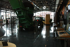 09APR05_145 (emzepe) Tags: usa america john us illinois il combine showroom pavilion amerika deere harvester agricultural the moline killts zld gp gpek kombjn csarnok mezgazdasgi arat bemutatterem killtcsarnok gpgyr nehzgp cspl