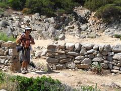 Petite cala entourée de murets entre Punta di Scalonu et Punta di Puntinu