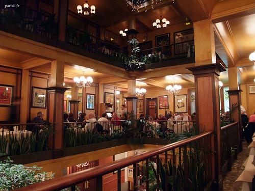 Les trois niveaux du restaurant, décor Belle Epoque