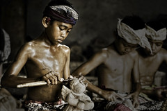 Junjungan, Bali - Woodcraver Boys (The Apprentices) (Mio Cade) Tags: wood boy shirtless bali man hot indonesia handicraft kid student village child culture carving teacher master environment dust custom learn apprentice ubud woodcarver earthasia junjungan