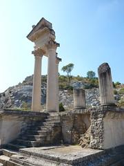 Glanum - Les Antiques - restes du Temple (Vaxjo) Tags: france saint ruins roman du rhône empire provence 13 tp romain ruines antiquities glanum antiquités rémy bouches