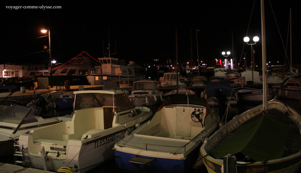 On met le petit peuple et ses petits bateaux au fond, là où cest trop loin pour les touristes :)