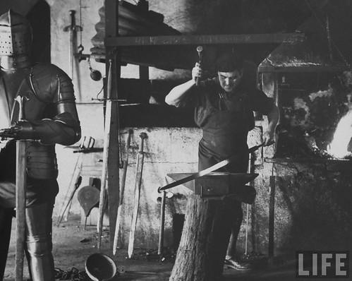 Fábrica de espadas, damasquinado y armaduras de Toledo en 1965. Fotografía de Carlo Bavagnoli. Revista Life