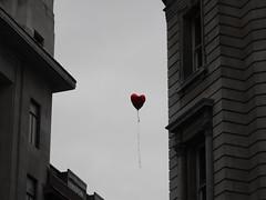 El corazón de Londres (Furanu) Tags: inglaterra travel viaje england london love heart united balloon kingdom 09 londres february 2009 febrero globo reino unido helio