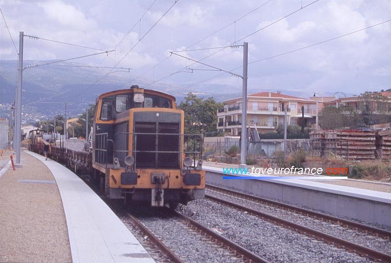 Le locotracteur Y 7460 SNCF tracte un train de travaux en gare de Mouans-Sartoux (Alpes-Maritimes).