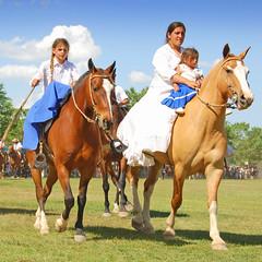 Mujeres pampeanas (Eduardo Amorim) Tags: horses horse woman southamerica argentina girl criollo caballo