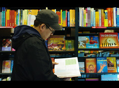 (It's Stefan) Tags: man germany buch lesen reading colours leer libro books bookstore health nrw dusseldorf libros lecture bookshop dsseldorf taichi libreria lire lectura literacy bcher leggere ayurveda mudras librairie librera buchhandlung    lektre legger  inhyo pentaxk20d   booksellersshop