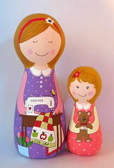 Adriana e Rebeca (Belle Bellica) Tags: flowers flores child quilt brother daughter mother teddybear handpainted criana boneca patchwork filha me pintura costura woodendoll maquinadecostura