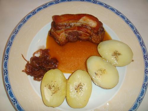 Cochinillo confitado con mermelada de cebolla y patatita asada