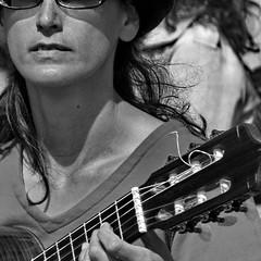 (Color-de-la-vida) Tags: portrait bw portugal lisboa lisbon bn alfama lisbonne músicos musiciens 0265 colordelavida iღlisboa