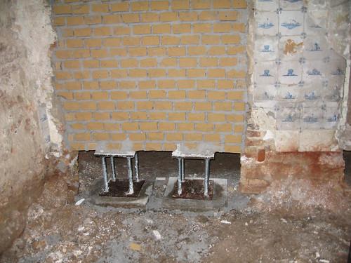 Stoeltjes onder de muur