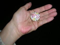 Um Beija Flor no meu botão (chrissilvares) Tags: flowers flores fleurs handmade embroidery pano artesanato feitoàmão artesanal pássaro fabric botão ribbon beijaflor handstitched fita bordado broderie stitiching frenchknot botãoforrado nófrancês bordadoàmão pontoatrás pontohaste tecidocemporcentoalgodão