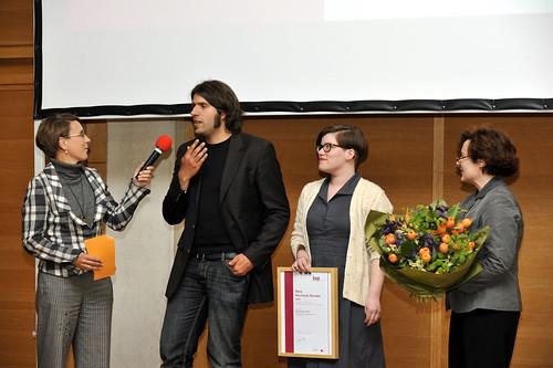 Pia Hartmer und Henning Wötzel-Herber aus dem Orga-Team des GenderCamps bei der Preisverleihung.
