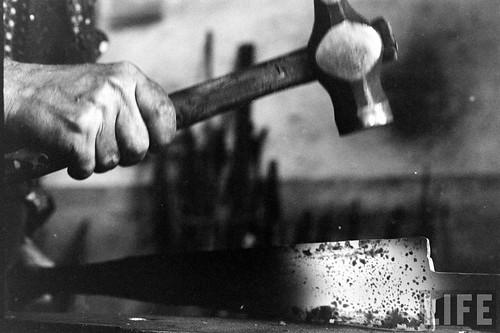 Fábrica de espadas, damasquinado y armaduras de Toledo en 1965. Fotografía de Carlo Bavagnoli. Revista Life (12)