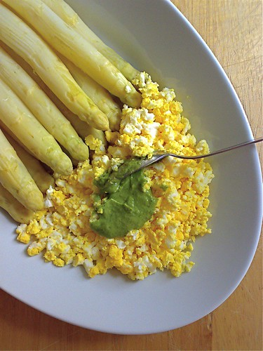 uova e asparagi, fave e dragoncello