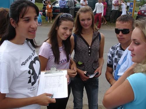 Tinerii de la Generaţia Curată adunând semnături.
