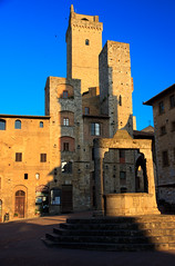 San Gimignano - Piazza della Cisterna (Teelicht) Tags: italien italy italia tuscany sangimignano toscana toskana piazzadellacisterna canoneos1000d canonefs1585mmf3556isusm blinkagain